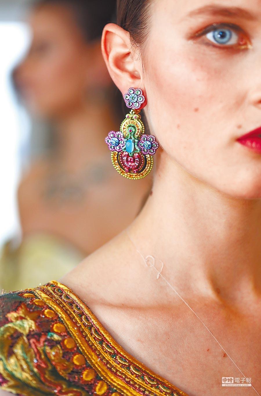 Chopard Silk Road系列高級珠寶以絲路為題,加入許多東方色彩與花草元素,完美呼應郭培2017秋冬高級訂製系列的服裝細節。(Chopard提供)