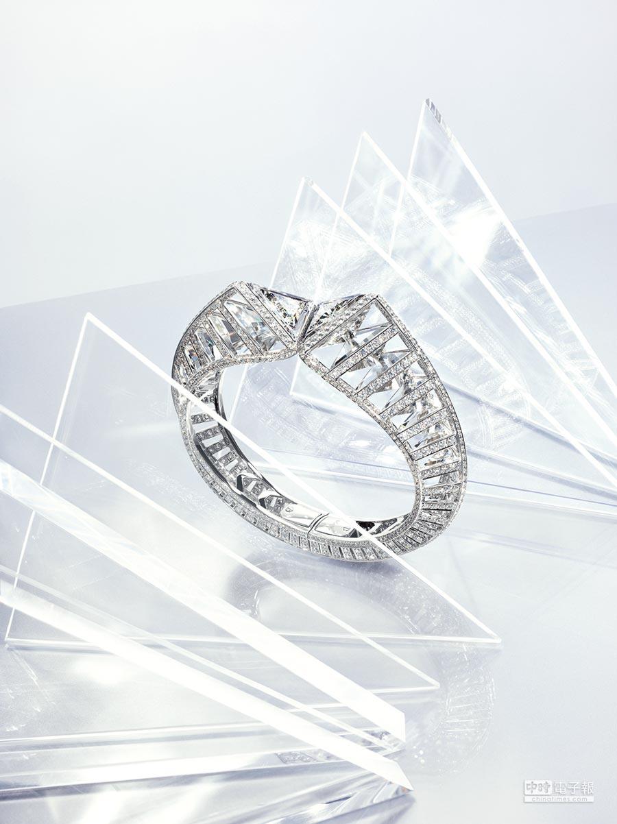 2. 卡地亞Resonances de Cartier頂級珠寶系列Twisting Light手環,運用兩顆共重4.72克拉之G SI1/SI2級三角形鑽石與天然水晶呼應,創造生動光線。(Cartier提供)
