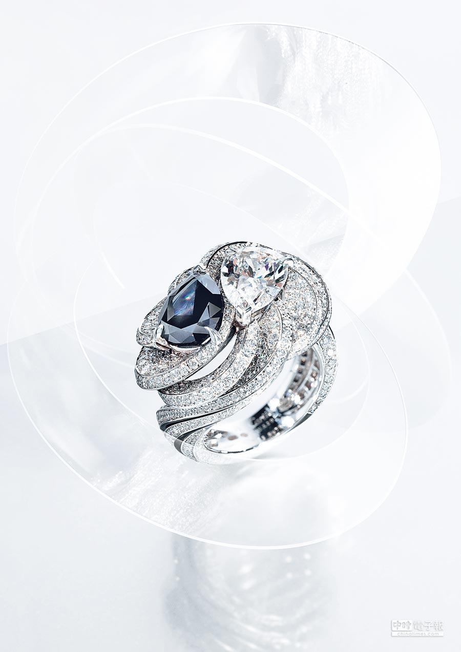 5. 卡地亞Resonances de Cartier頂級珠寶系列Carbonado戒指,鉑金底座上分別鑲嵌1顆2.73克拉之梨形豔彩黑色鑽石和一顆2.05克拉的E IF級梨形鑽石。(Cartier提供)