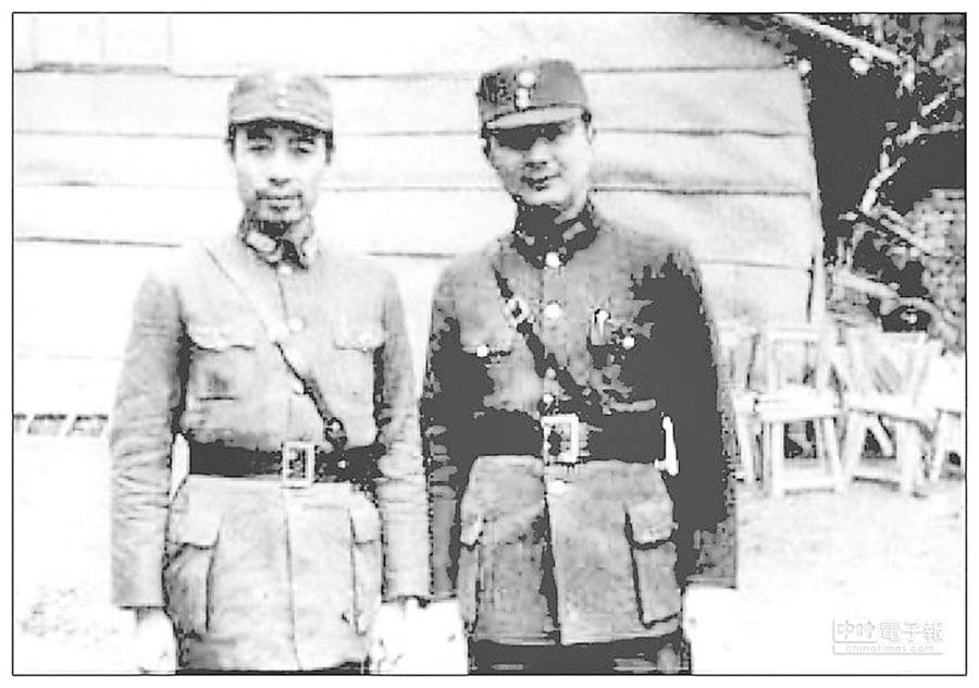 八路軍是國民革命軍編制,1938年12月,周恩來(左)與葉劍英在桂林穿著國軍制服。(摘自網路)