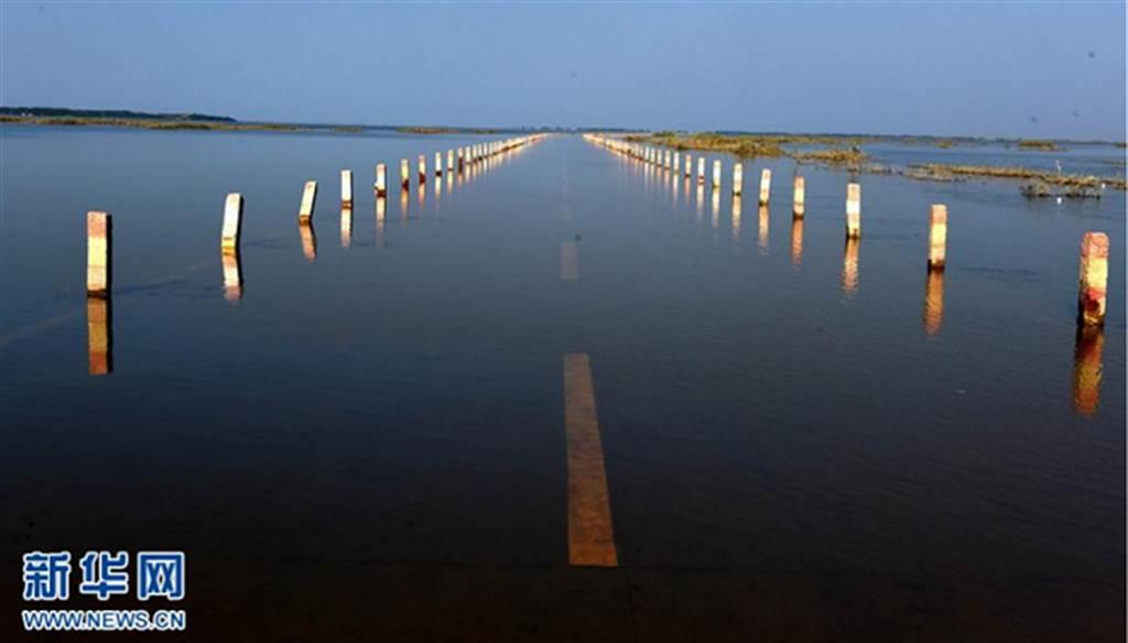 水中有路的特殊景觀難得一見。(新華網)