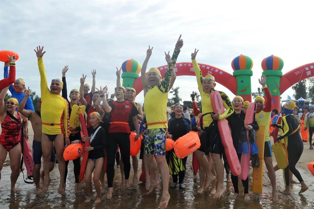兩岸「泳士」金門大會師,一年一度的海上體育盛事。(李金生攝)