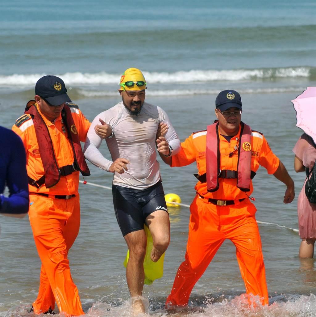 簡子詳(中)奮力游完3000公尺,被讚為「泳士」中的「勇士」。(李金生攝)