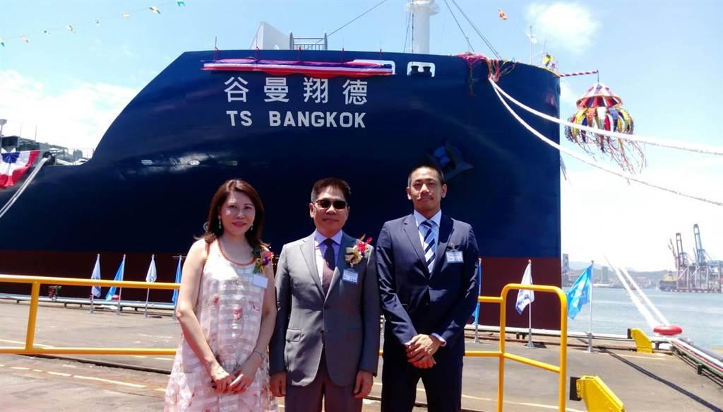 左起陳德勝夫婦與德翔企劃部副協理陳劭翔合影。圖:張佩芬