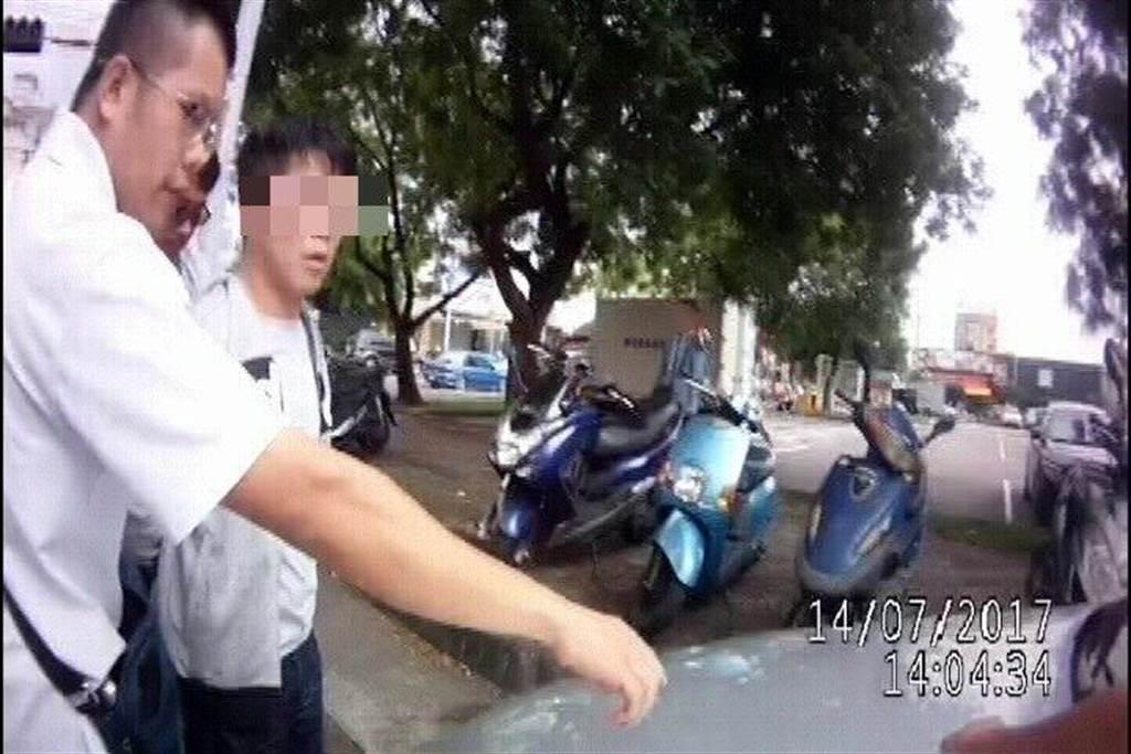 林男(左二)涉嫌以投資中古車名義,騙光鄭姓女網友的101萬元,遭逮。(馬瑞君翻攝)