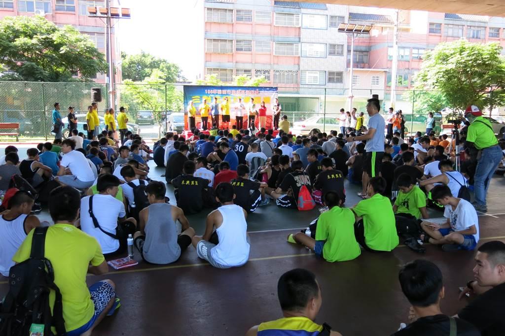 龍潭警分局23日舉辦三對三籃球比賽,希望鼓勵青年學子暑期能夠有正當休閒。(警方提供)