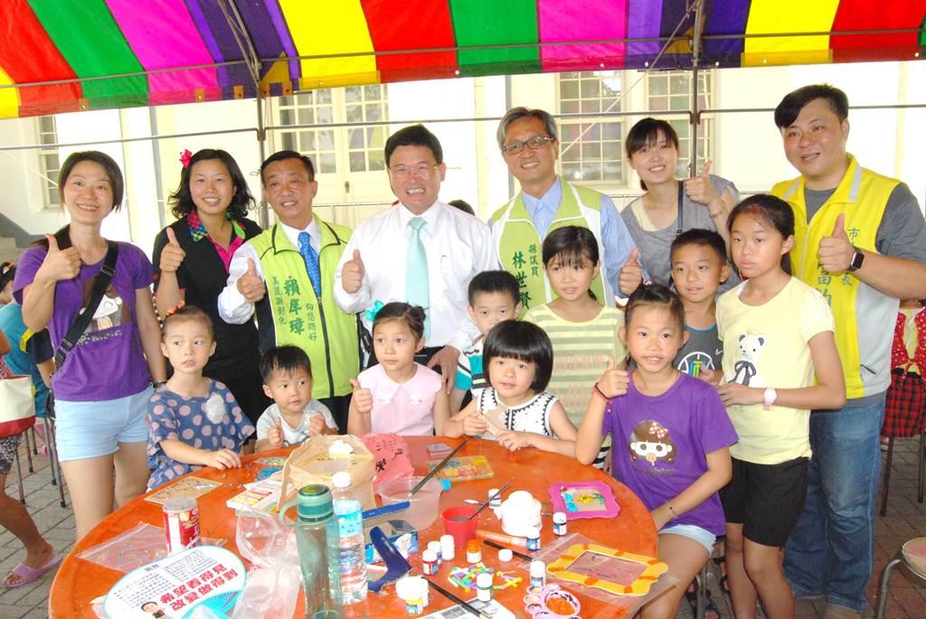 彰化市長邱建富(後排左四)與多位縣議員與代表為參加親子DIY創作的小朋友們加油打氣。(謝瓊雲攝)