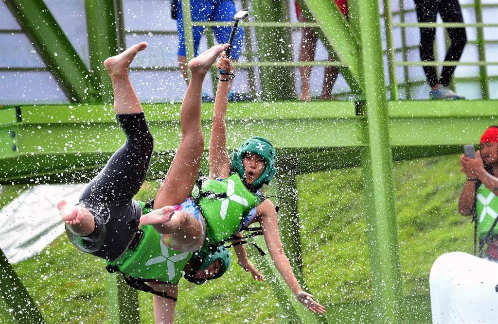 業者在活水湖引進極限飛梯,刺激又好玩。(莊哲權攝)