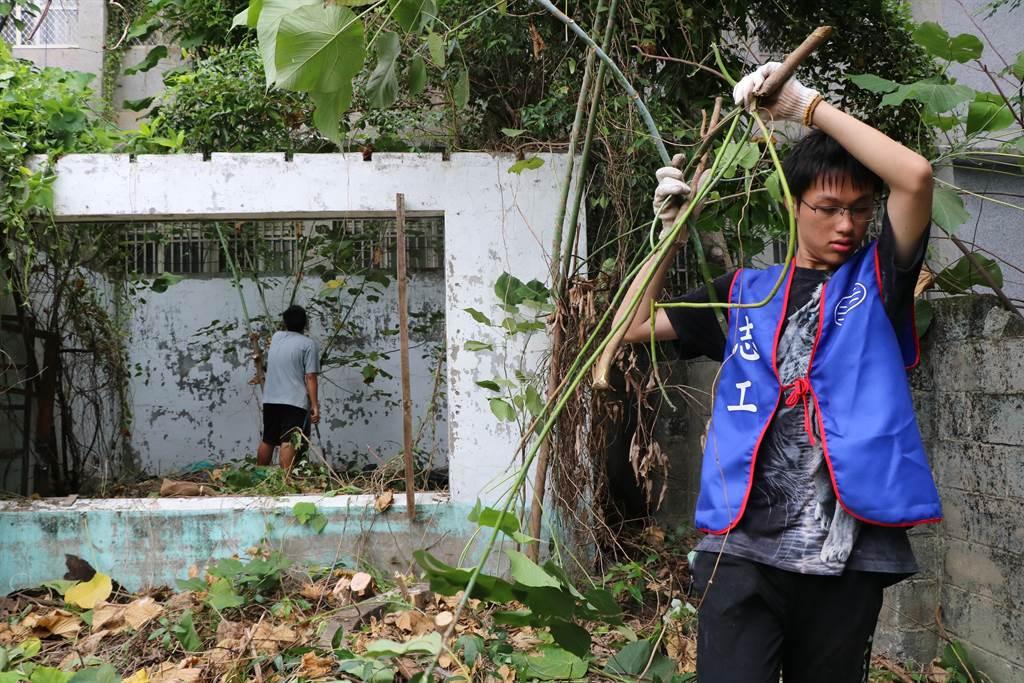 東港共和新村自救會化悲憤為力量,大手拉小手親自打掃空置眷舍。(謝佳潾攝)