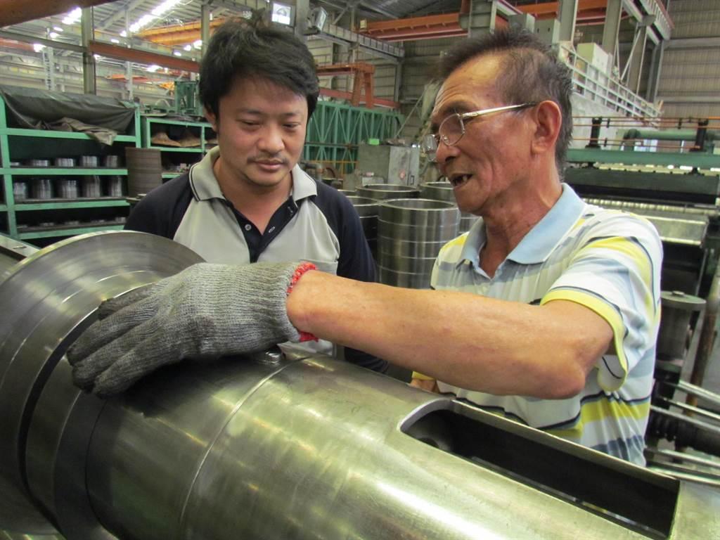 屏東昱鋐實業公司72歲薛南吉課長(右),在公司運用缺工就業獎勵措施進用38歲部屬周登華(左)後,除了維持生產力,更傳承寶貴經驗。(謝佳潾攝)