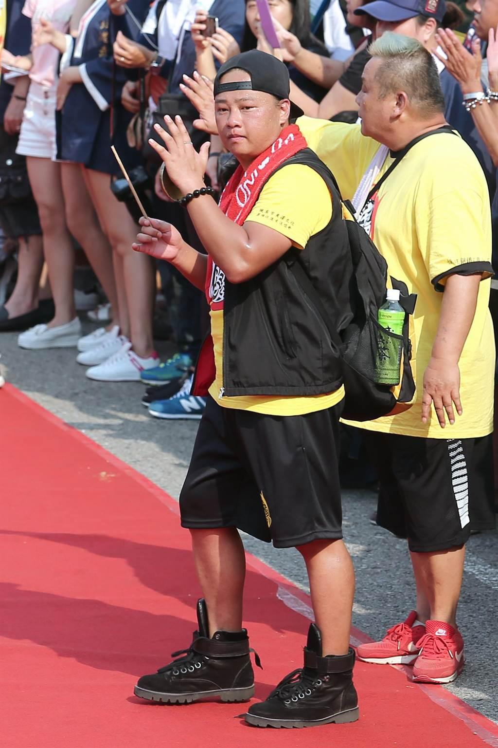 前星光歌手賴銘偉23日以廣澤宮宮主身分,率信眾上凱道參加「史上最大科、眾神上凱道」遊行。(黃世麒攝)