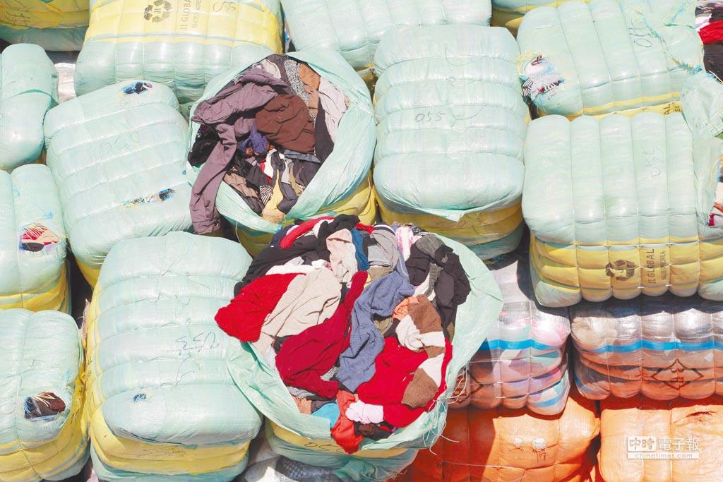 2016年9月,深圳破獲一起「洋垃圾」走私案,共計441噸衣服。(CFP)