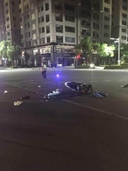 現役軍人疑似騎機車闖紅燈撞計程車 1死1命危