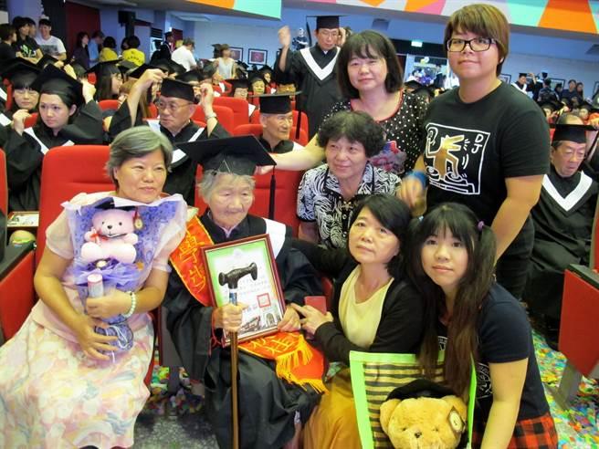 91歲阿嬤沈黃秋桂阿嬤(左二)花了12年,23日從高雄市立空中大學畢業,女兒及外孫一起來祝賀。(呂素麗攝)