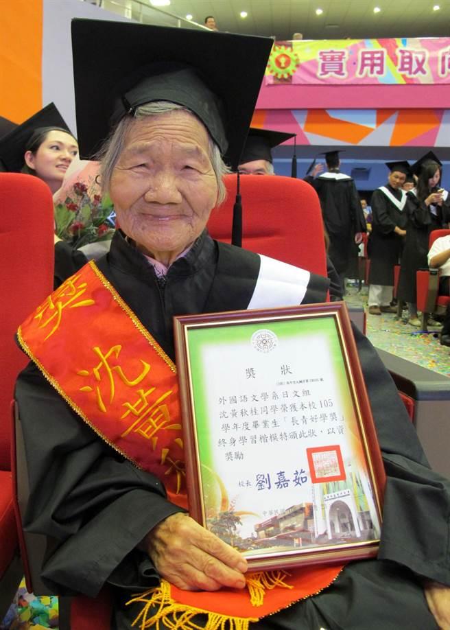 91歲阿嬤沈黃秋桂阿嬤花了12年從高雄市立空中大學畢業,是今年全國最年長的大學畢業生。(呂素麗攝)