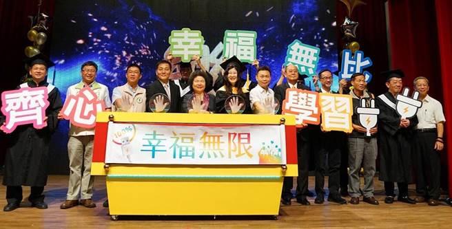 高雄市立空中大學23日舉行畢業典禮,市長陳菊(左五)勉勵空大成為幸福、知識充電的大學。(呂素麗攝)