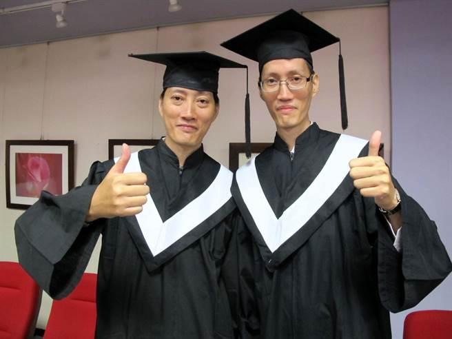 來自香港的雙胞胎兄弟劉志華(左)、劉誠華(右)23日從高雄市立空中大學畢業。(呂素麗攝)