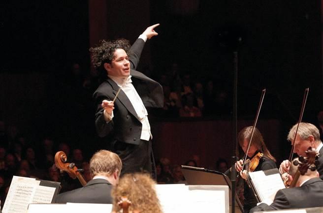 指揮杜達美是目前歐美樂壇當紅炸子雞,活力四射。(牛耳提供)