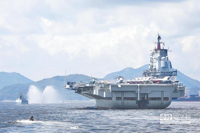解放軍遼寧艦11日緩緩駛離香港。(中新社)