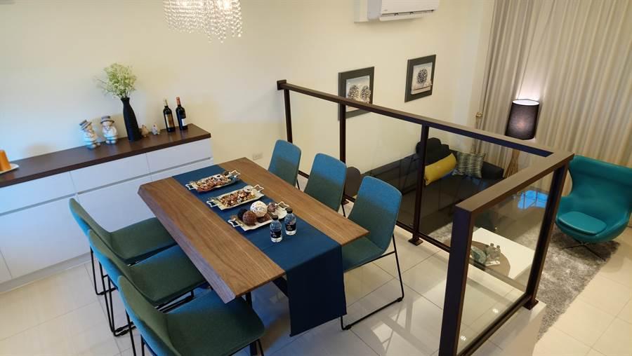 跳島式廚房中央開窗,空間寬敞明亮又通風。(圖/曾麗芳)