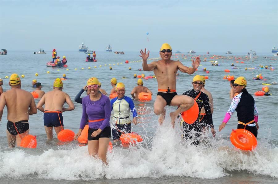 「金門海上長泳搶灘料羅灣」今天上午在料羅灣82據點登場。(李金生攝)