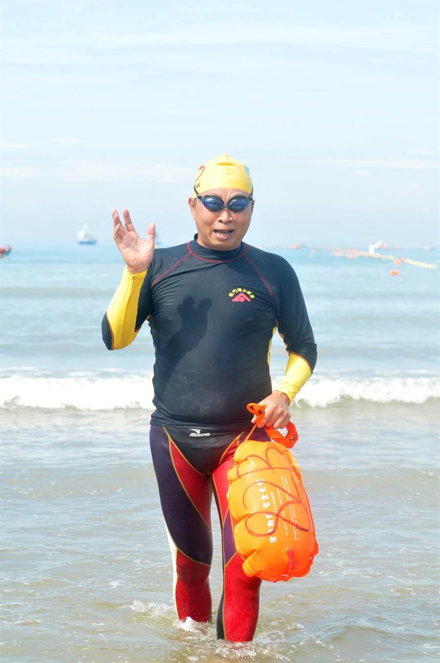 中華成人游泳協會秘書長倪盛琅,已參加過搶灘長泳10幾次。(李金生攝)