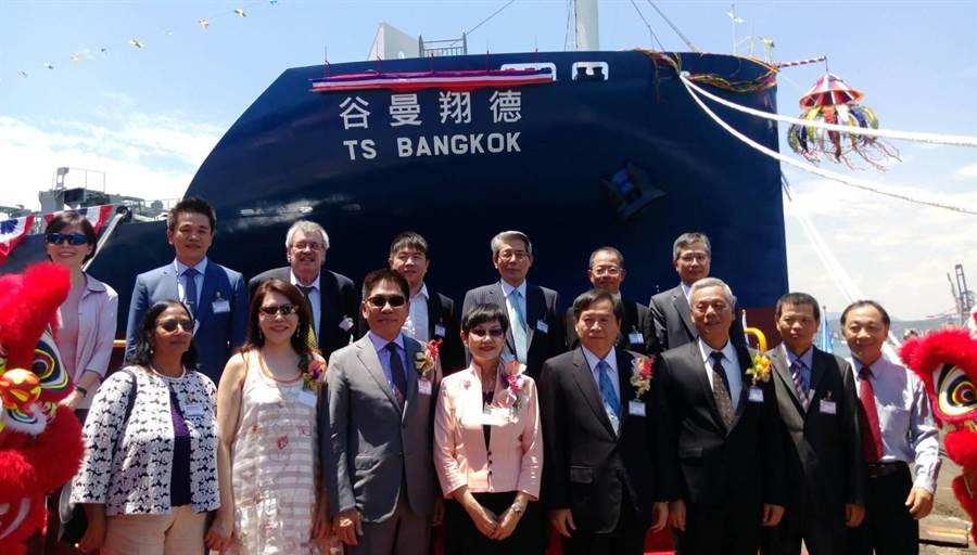交船典禮上德翔海運董事長陳德勝夫婦(前排左二起)與貴賓們大合照。圖:張佩芬