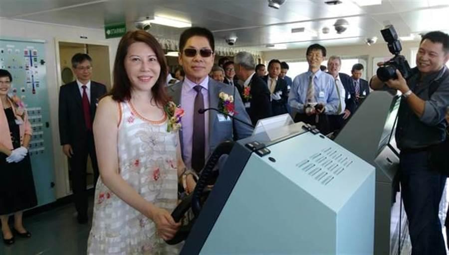 陳德勝夫婦在新船駕駛室船舵前合影。圖:張佩芬