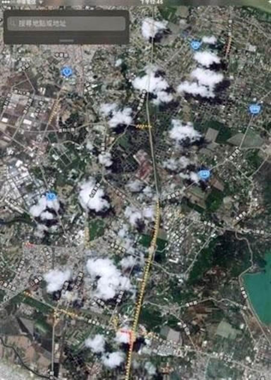 網友上傳岡山地區白煙四起的照片,誤指為工廠排放廢氣,高雄市政府趕緊澄清:「這些真的只是白雲!」(林宏聰翻攝)