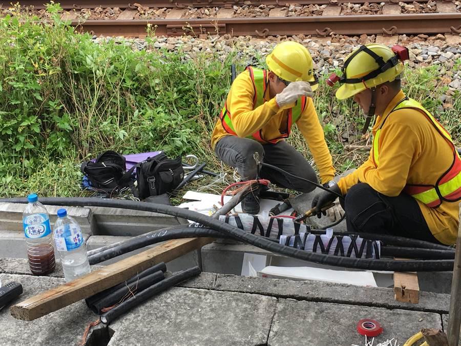 台鐵維修人員頂著豔陽和高溫修復纜線。(蔡依珍攝)