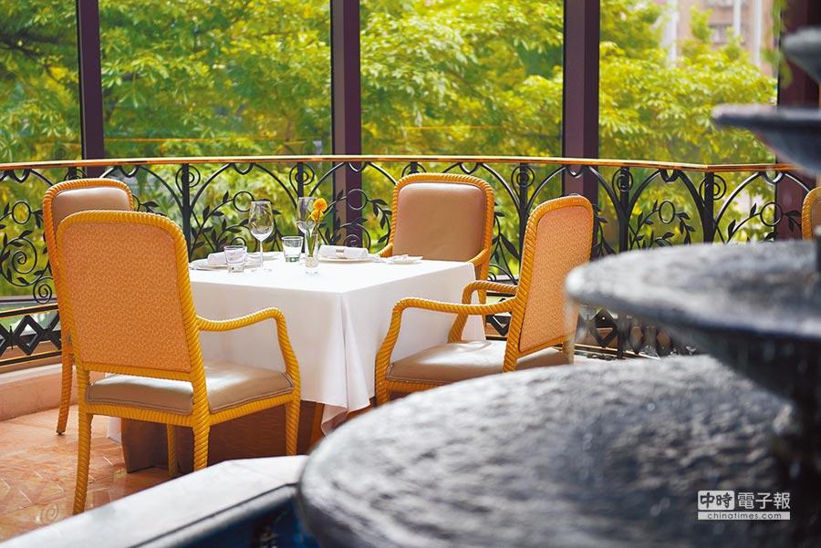 台北君悅大飯店「寶艾西餐廳」讓人彷彿置身地中海歐風庭園,相當有情調。(君悅飯店提供)