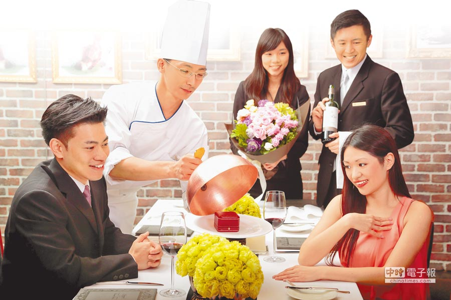台北晶華酒店「Robin's牛排屋」,最具傳奇性的15號桌,平均每半個月至少會上演一次求婚橋段。(台北晶華酒店提供)
