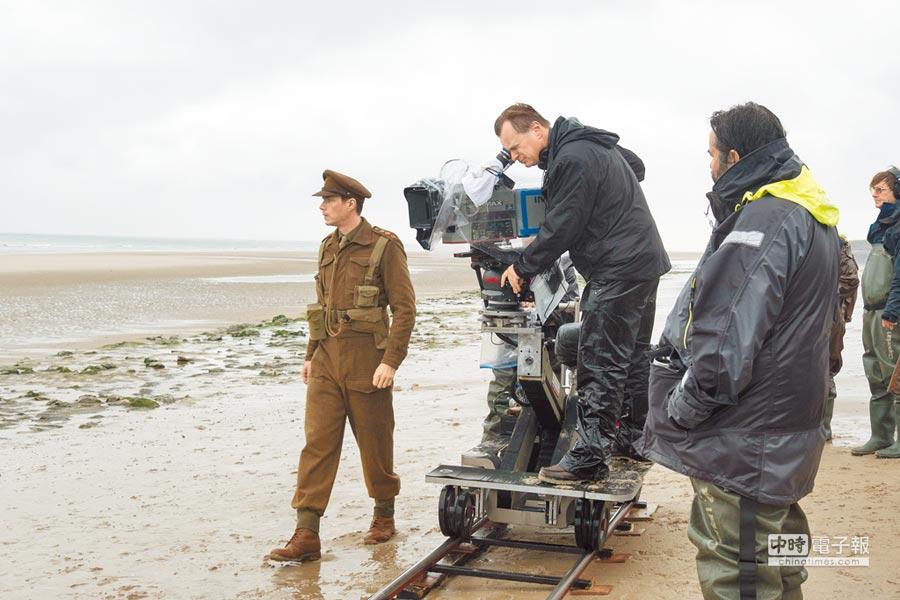 導演克里斯多福諾蘭(中)用IMAX攝影機拍攝,親自監看每一幕。(華納兄弟提供)