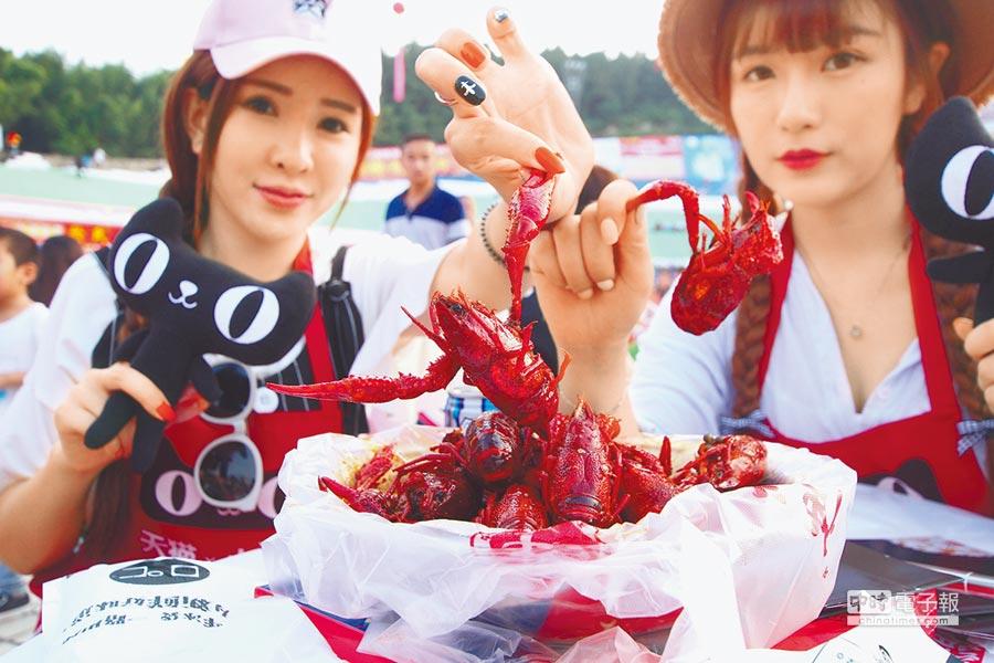 2016年6月13日傍晚,網路美女主播現身江蘇龍蝦宴,線上直播吃小龍蝦。(中新社)