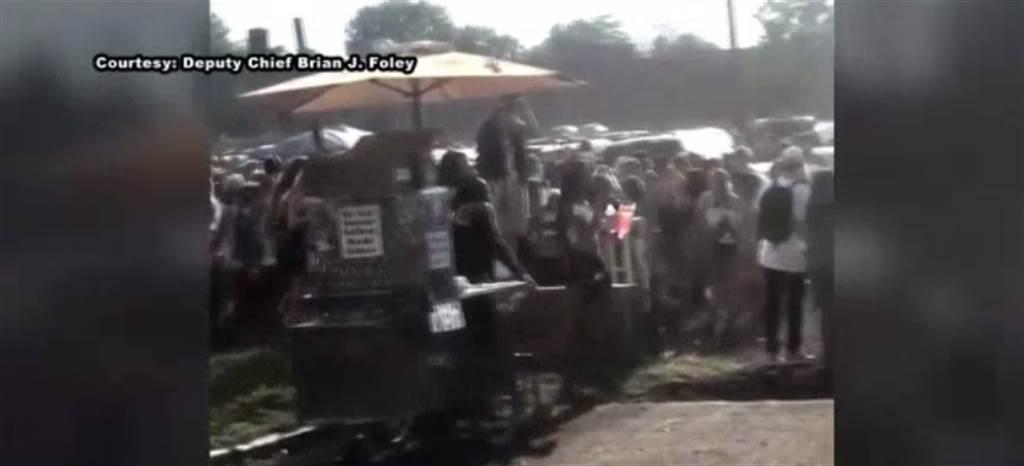 根據當地警長提供的影片,看到現場有大批粉絲手持酒精飲料。(照片取自當地電視台NBC News新聞報導截圖)