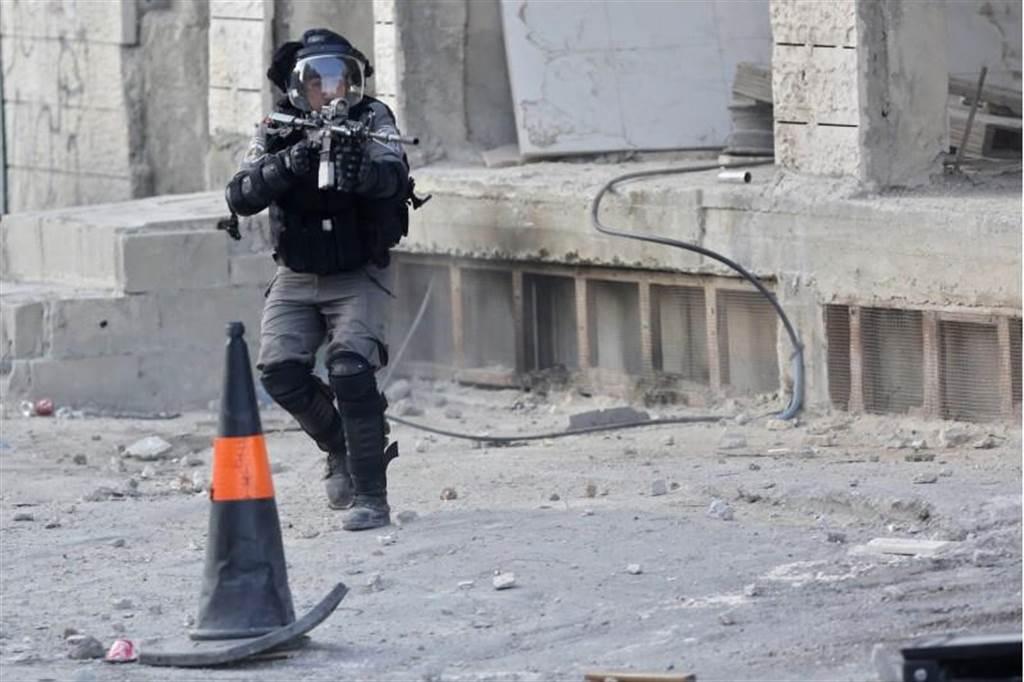 以色列警察持槍在耶路撒冷附近與巴勒斯坦民眾對峙。(圖/美聯社)