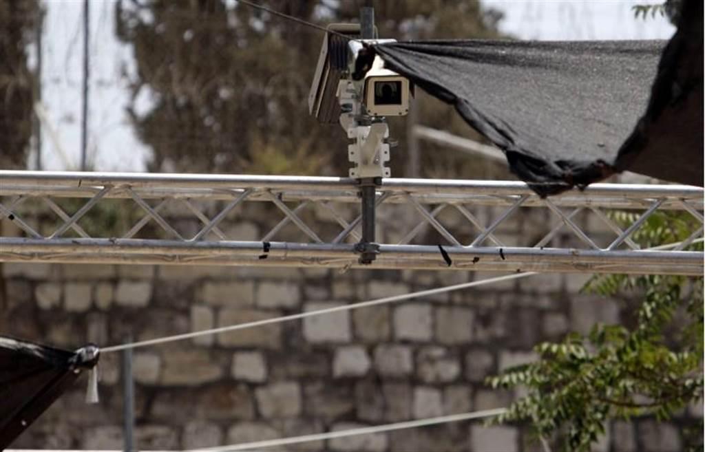 以色列當局在耶路撒冷舊城區附近,23日已經裝上新的監控攝影機,恐怕讓巴勒斯坦民眾更加火大,擴大兩國衝突。(圖/美聯社)