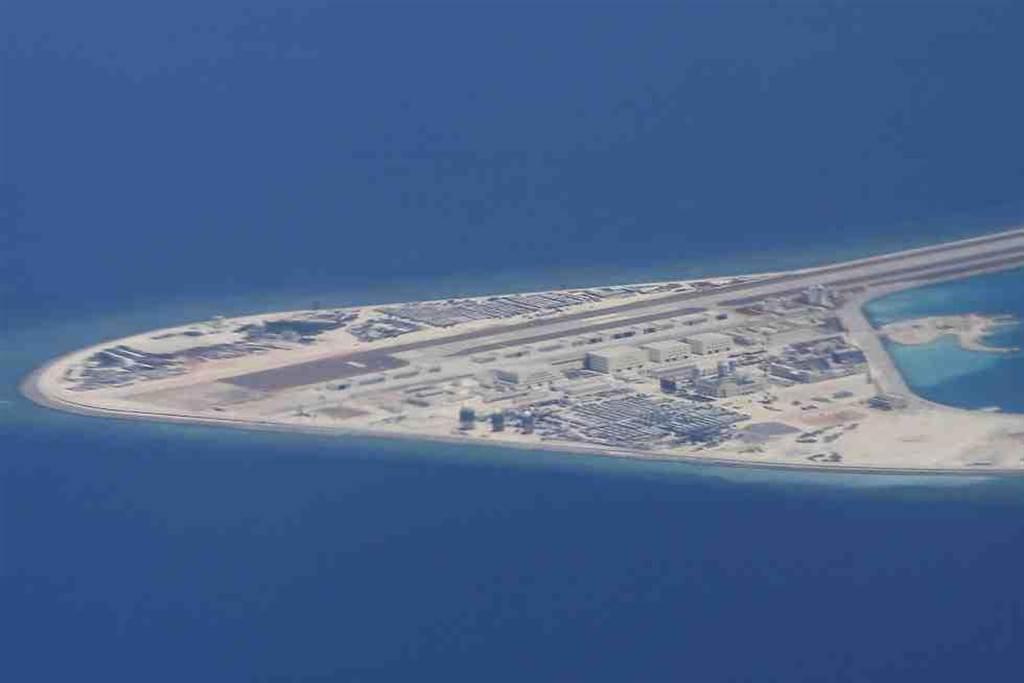 2017年4月中國在南沙群島上的建設和飛機跑道。(美聯社)
