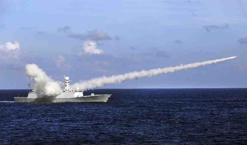 2016年7月中國巡防艦在海南島和西沙群島附近進行軍事演練。(美聯社)