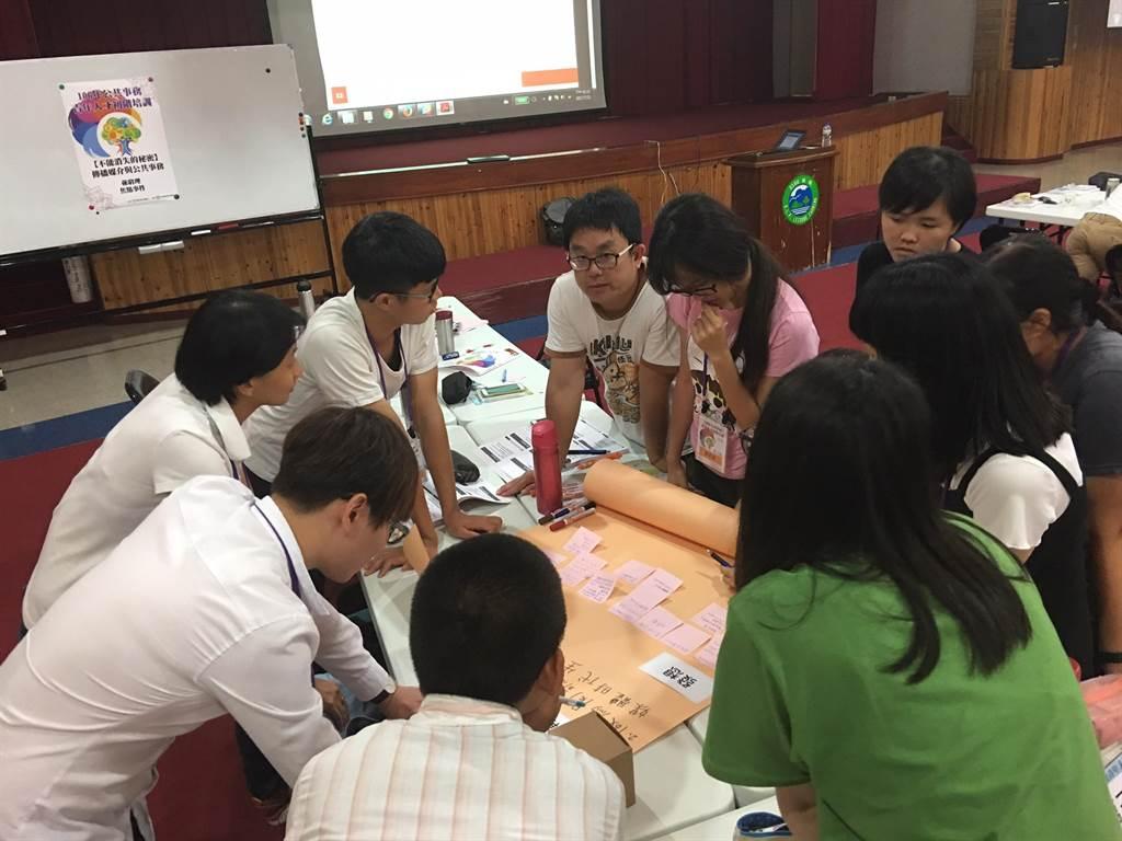 小組團隊成員腦力激盪,準備成果發表。(圖/教育部提供)