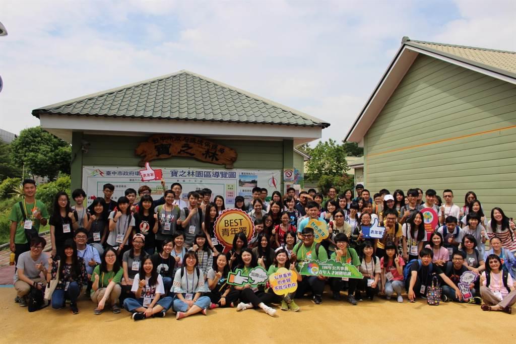 參訪臺中市政府寶之林廢棄家具再生中心大合照。(圖/教育部提供)