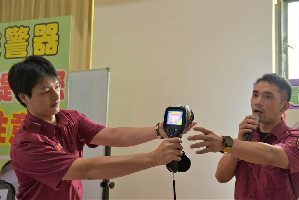 新竹縣消防局在防火宣導時,會使用熱像儀,檢視民眾居家神明廳電線是否出現高溫,若是則需汰換,以免因電線走火而引發火災。(莊旻靜攝)