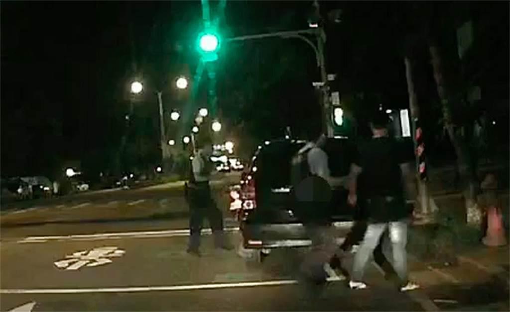 邵姓男子從後座翻入駕駛座,想要開車逃逸,員警直接擊破車窗將它逮捕。(資料圖片)