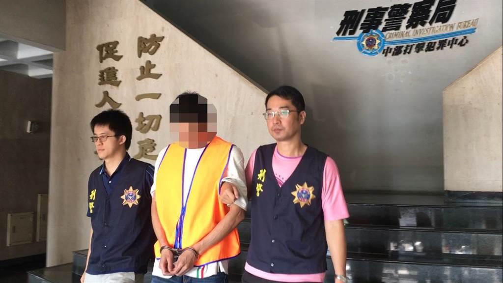警方循線再逮捕寄貨的洪姓男子(中)。(胡欣男翻攝)