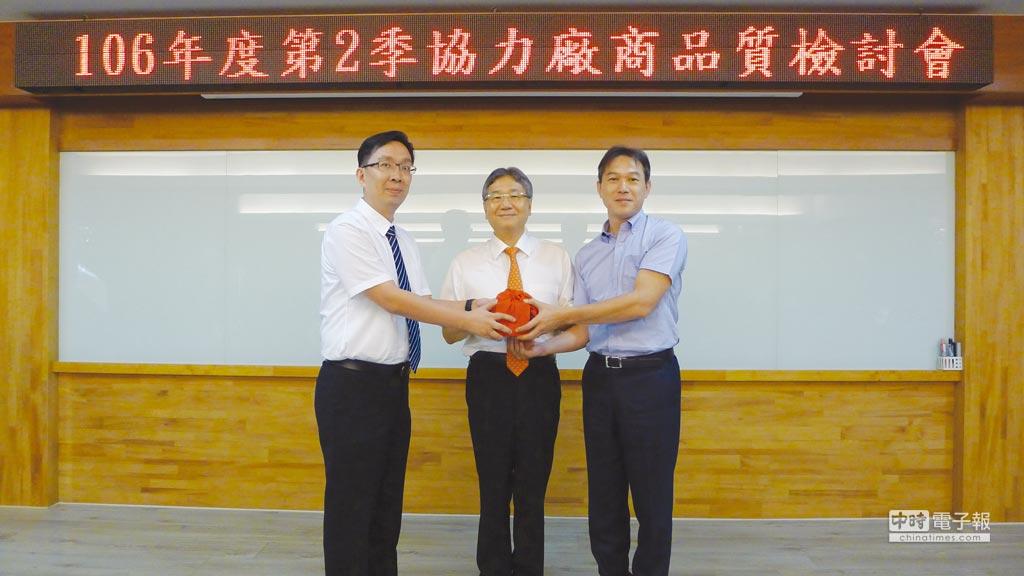 逢吉公司執行長鄭志鵬(左)在台中精機董事長黃明和(中)主持監交下,接任第12屆台中精機聯誼會會長。圖/莊富安