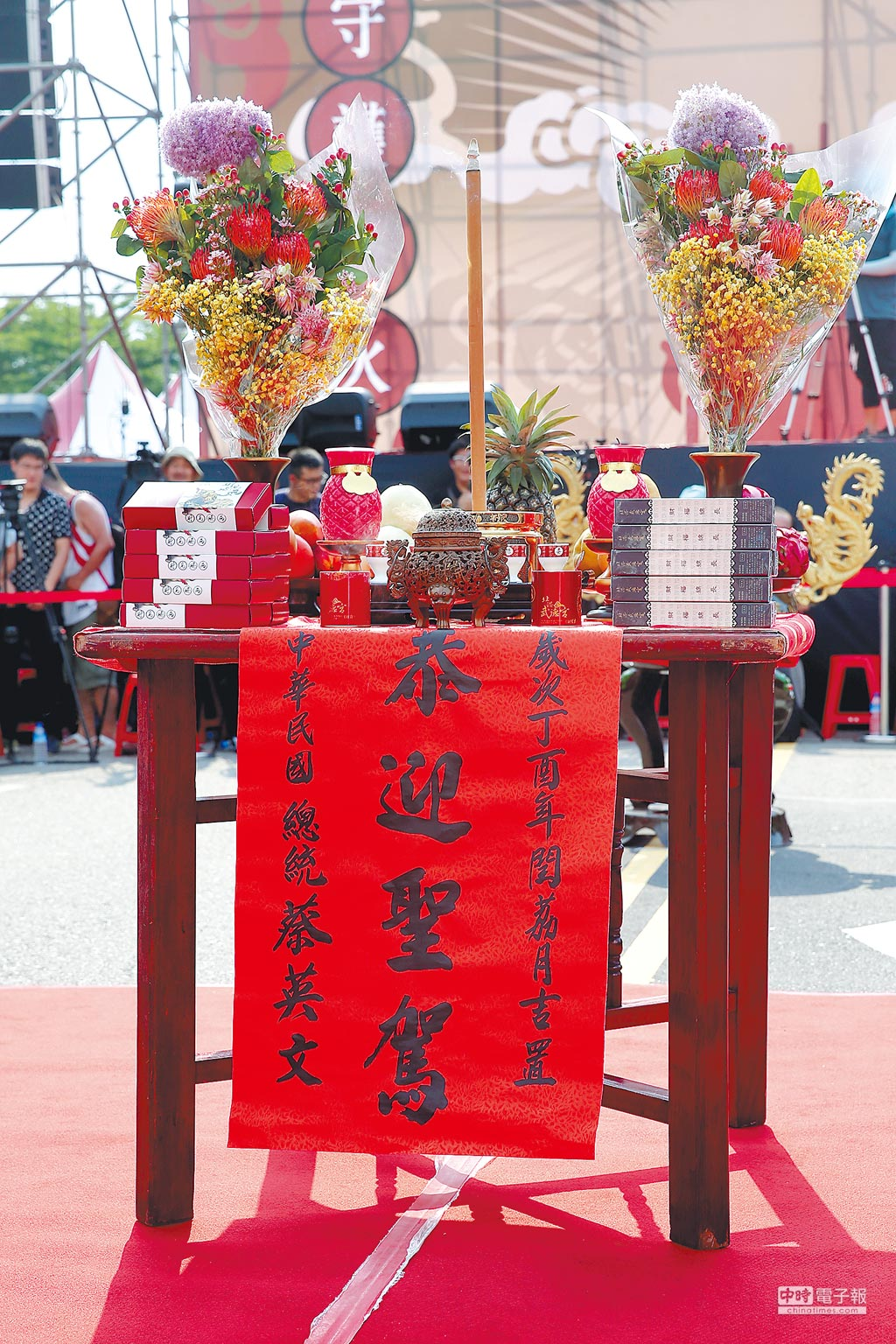 凱道中央設置一個署名「中華民國總統蔡英文」迎神香案,主辦單位主持人表示是蔡總統設置。不過,總統府發言人黃重諺則稱是活動一部分,與府方沒有關係。(黃世麒攝)