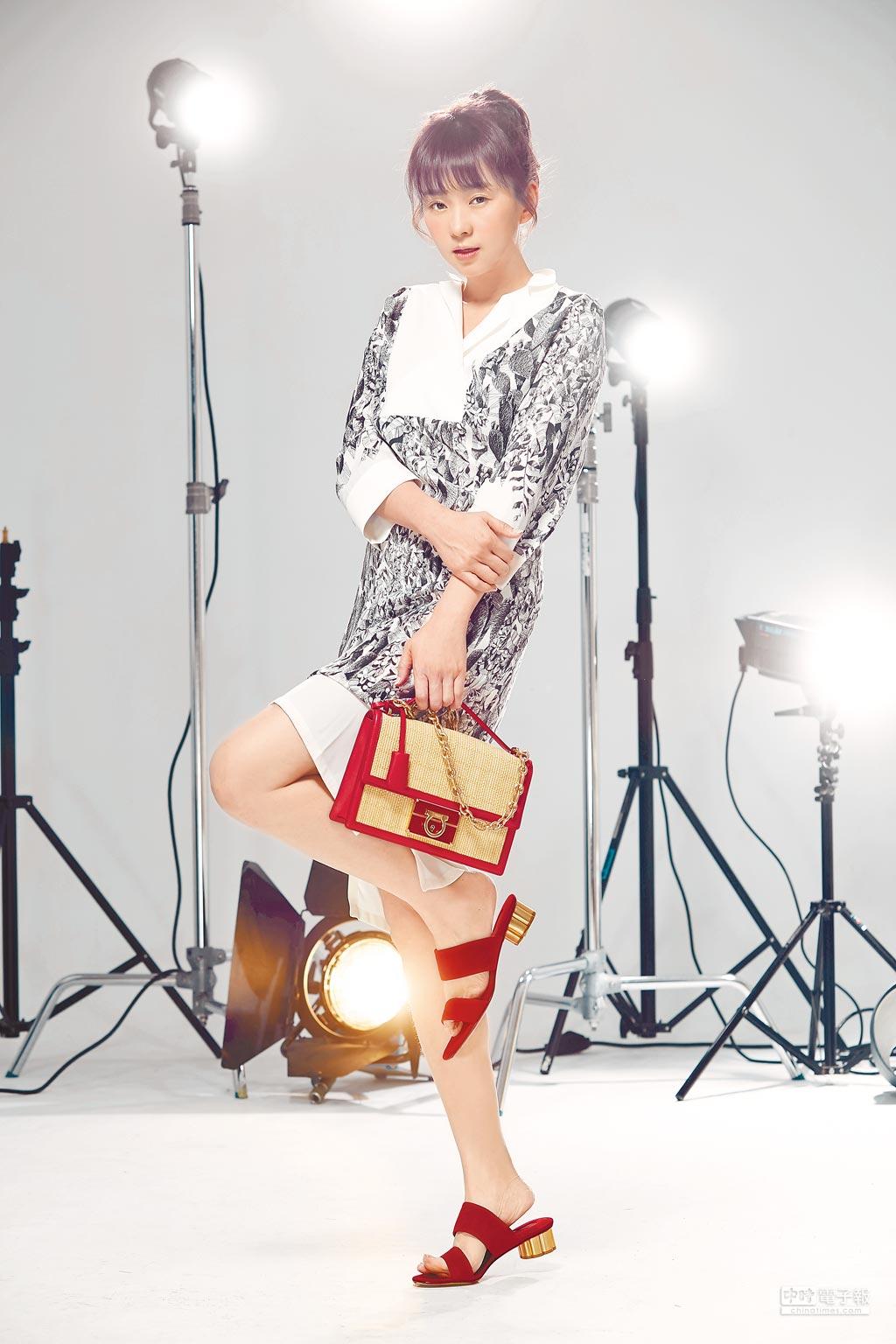 六月蔡君茹穿起Ferragamo Orange Fiber綠色環保精粹系列洋裝5萬4900元、Lock Story系列米色鍊帶包5萬8900元、BELLUNO紅色麂皮花漾跟涼鞋2萬1900元。(JOJ PHOTO攝)