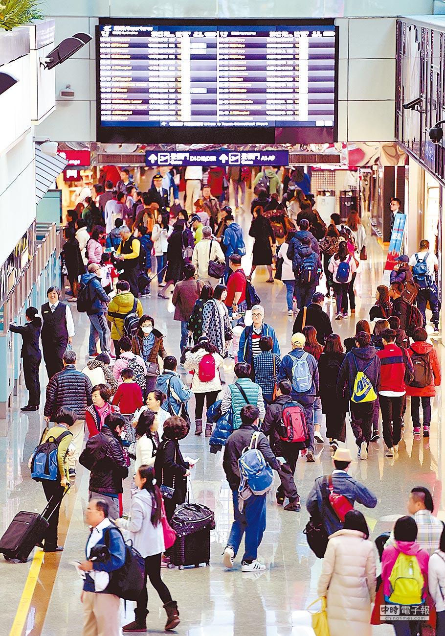 1月25日,農曆春節連假前夕,桃園機場入、出國人潮湧現。(本報系資料照片)