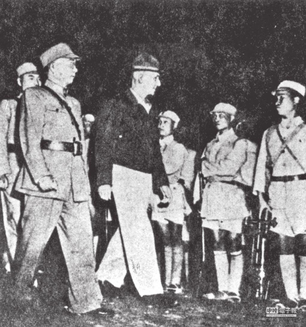 對日抗戰時期,中國遠征軍總司令羅卓英(左)和史迪威(中)視察遠征軍。(本報系資料照片)