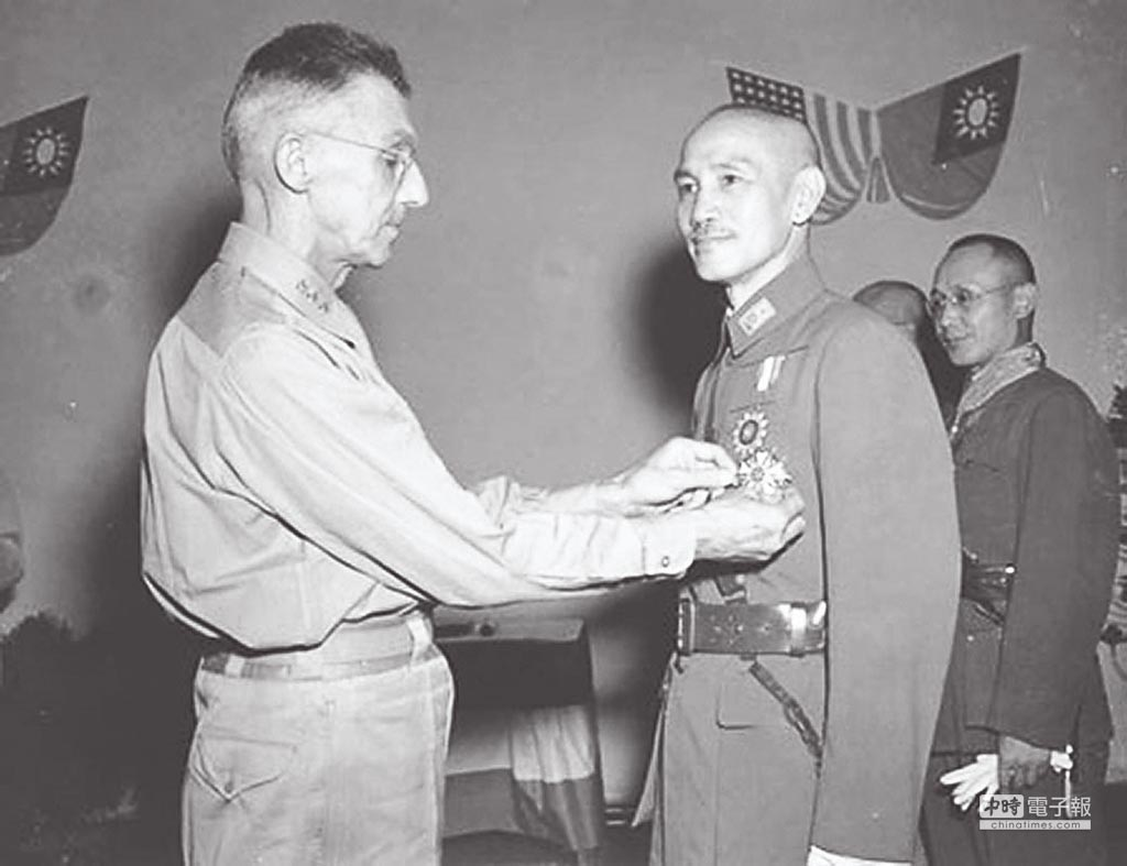 史迪威(左)代表美國贈勳給蔣介石。(摘自網路)